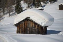 木客舱小屋在冬天雪背景中 免版税库存照片