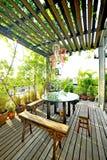 木家具在庭院里 免版税库存图片
