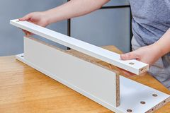 木家具装配,汇集两池氏的安置者 库存图片