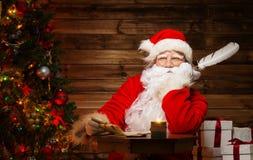 木家庭内部的圣诞老人 免版税库存照片