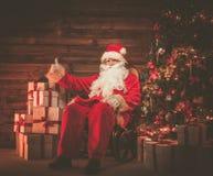 木家庭内部的圣诞老人 库存照片