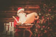 木家庭内部的圣诞老人 免版税图库摄影