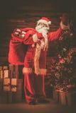 木家庭内部的圣诞老人 图库摄影