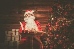 木家庭内部的圣诞老人 库存图片