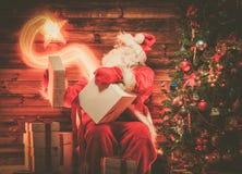 木家庭内部的圣诞老人 免版税库存图片