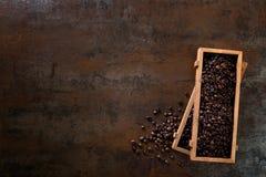 木容器用在铁锈背景的cofee豆填装了 免版税库存照片