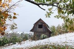 木小屋和暴风雪在山 库存照片