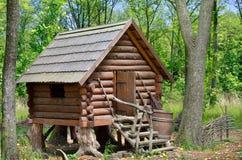 木小屋在森林里,巫婆酵母酒蛋糕Yaga房子  免版税库存照片