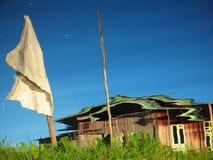 木小屋在Inle湖中水域反射了  免版税库存照片