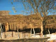 木小屋在Inle湖中水域反射了  免版税库存图片