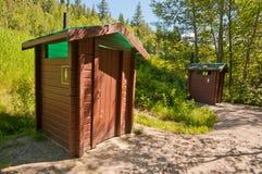 木小屋的洗手间 免版税库存照片