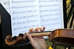 木小提琴和活页乐谱 免版税图库摄影