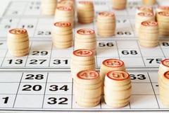 木小桶和卡片乐透纸牌或宾果游戏比赛的 库存图片