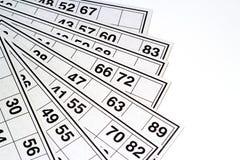 木小桶和卡片乐透纸牌或宾果游戏比赛的 库存照片