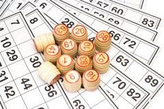 木小桶和卡片乐透纸牌或宾果游戏比赛的 免版税库存照片