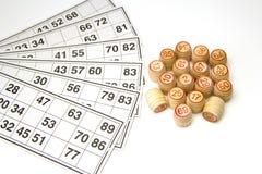 木小桶和卡片乐透纸牌或宾果游戏比赛的 免版税库存图片