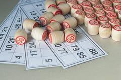 木小桶和卡片乐透纸牌的 免版税库存图片