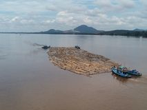 木小船低动力化的浪潮 免版税库存图片