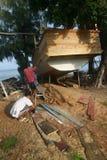 木小船低动力化的浪潮 图库摄影