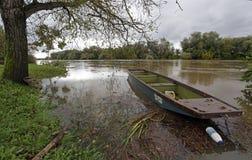 木小船低动力化的浪潮 免版税库存照片