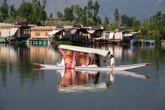 木小船和印地安人民在湖 斯利那加,印度 免版税库存图片