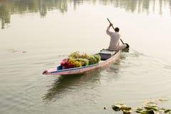 木小船和印地安人民在湖 斯利那加,印度 免版税库存照片