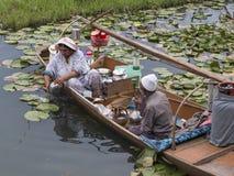 木小船和印地安人民在湖 斯利那加,印度 免版税图库摄影