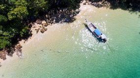 木小船和蓝色海顶视图  图库摄影