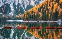 木小船在日出的Braies湖在白云岩的秋天 图库摄影