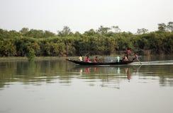 木小船在苏达班,西孟加拉邦,印度横渡恒河 库存照片