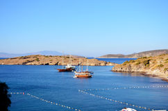 木小船在镇静蓝色海 免版税库存照片