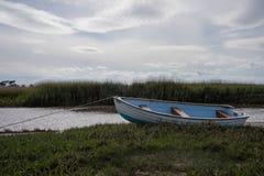 木小船在水位高线上停泊了 免版税库存图片