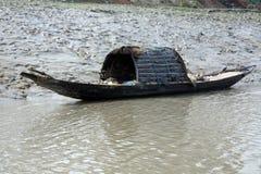 木小船在Gosaba横渡恒河,西孟加拉邦,印度 免版税库存照片