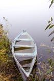 木小船河岸立场凹下去的水 库存图片