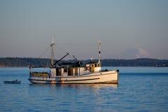 木小船沿海老的拖网渔船 免版税图库摄影