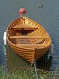 木小船的划船 免版税图库摄影
