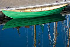 木小船绿色的行 免版税库存照片