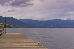 木小船船坞在风雨如磐的天空下 免版税库存照片
