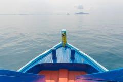 木小船船首在海的 免版税库存图片