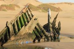 木小船被放弃的和被毁坏的击毁  大西洋海滩,摩洛哥 免版税库存照片