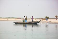 木小船运送的乘客 库存照片
