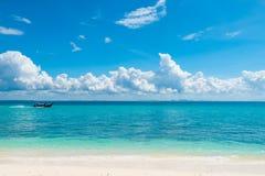 木小船长尾巴在Poda附近海岛的天蓝色的海, 免版税库存照片