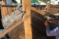 木小船建造者 免版税库存照片