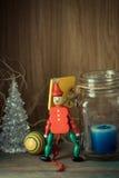 木小锡兵在红色一致的装饰和蜡烛 免版税库存照片