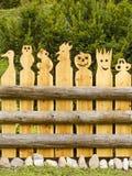 从木小雕象的篱芭手工制造 库存照片