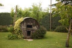 木屋在庭院里 免版税库存图片