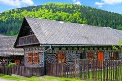 木屋在村庄Cicmany 免版税图库摄影