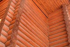 木屋墙壁在屋顶下 库存照片