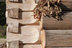木屋的角落从云杉的与青苔 库存照片