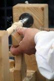 木工作者的手有削片的在中世纪车间 免版税库存图片
